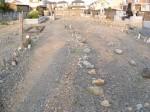 埋め墓区域内に、墓石を建ててしまう家も(写真右奥)
